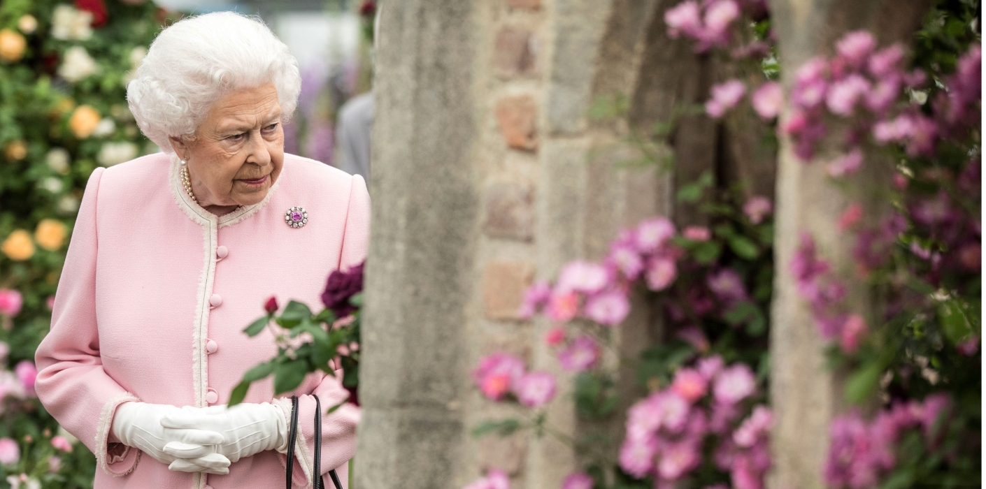 the queen visits the rhs chelsea flower show 2018 the royal family. Black Bedroom Furniture Sets. Home Design Ideas