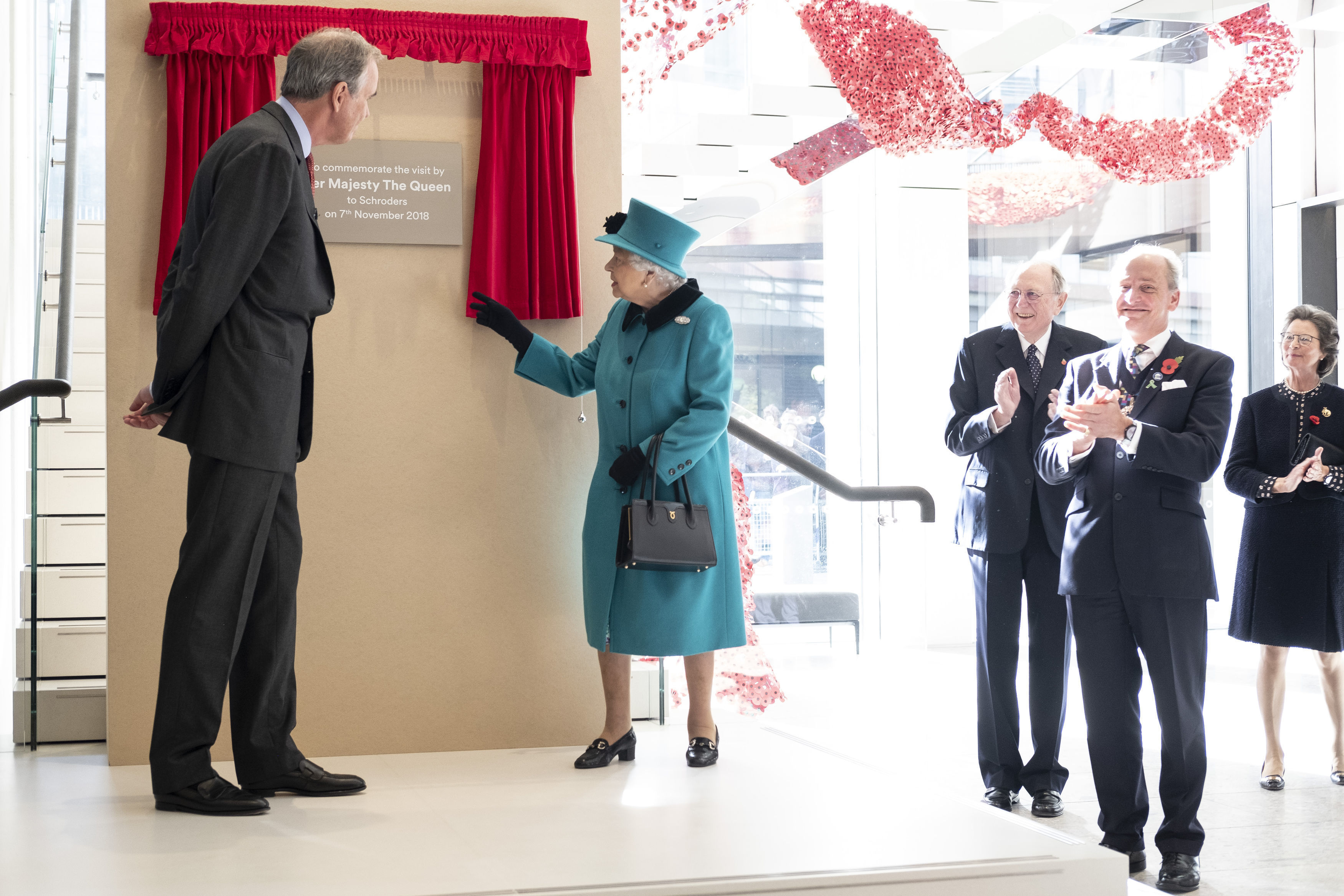 The queen unveils a plaque at Schroders