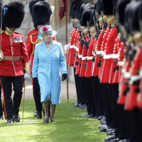 ☘️ Lá Fhéile Pádraig sona duit! . . Wishing our Irish followers a Happy St Patrick's Day! . . In this photograph, The Queen is seen inspecting the @IrishGuards at Windsor Castle in 2009. Her Majesty is Colonel in Chief of the regiment. . . Head over to @KensingtonRoyal to find out more about the Irish Guards, including their current international deployments. . . Photo: Press Association . . #StPatricksDay