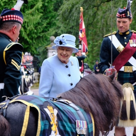 Her Majesty was today met by Corporal Cruachan IV, Shetland pony and mascot of @theroyalregimentofscotland, as she arrived at Balmoral Castle, Aberdeenshire.  Soldiers from 5 SCOTS and Pipes and Drums from 4 SCOTS welcomed The Queen today and will continue to provide a Royal Guard throughout her time at the Castle this summer.  Swipe ➡️ to see Her Majesty inspect the Guard of Honour this afternoon!