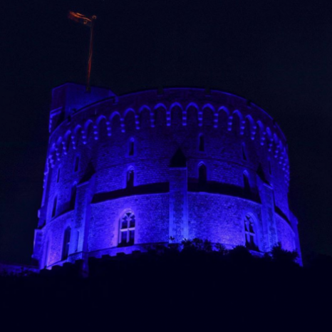 The Round Tower at Windsor Castle #lightitblue 💙‬  ‪We join together in a moment of remembrance and reflection for those who have lost their lives during the pandemic and pay tribute to the healthcare professionals, keyworkers and volunteers working for and in support of the NHS.
